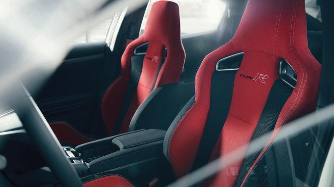 Trojštvrťový pohľad na športové sedadlá modelu Honda Civic Type R