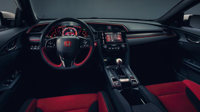 Predný pohľad na palubnú dosku a interiér modelu Honda Civic Type R.