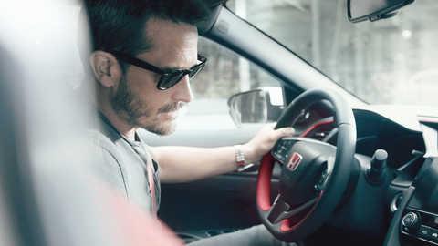 Vodič používajúci systém rozpoznávania hlasu modelu Honda Civic Type R.