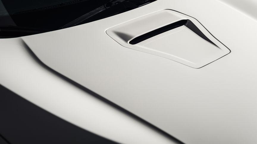 Priblížený pohľad na hliníkovú prednú kapotu modelu Honda Civic Type R.