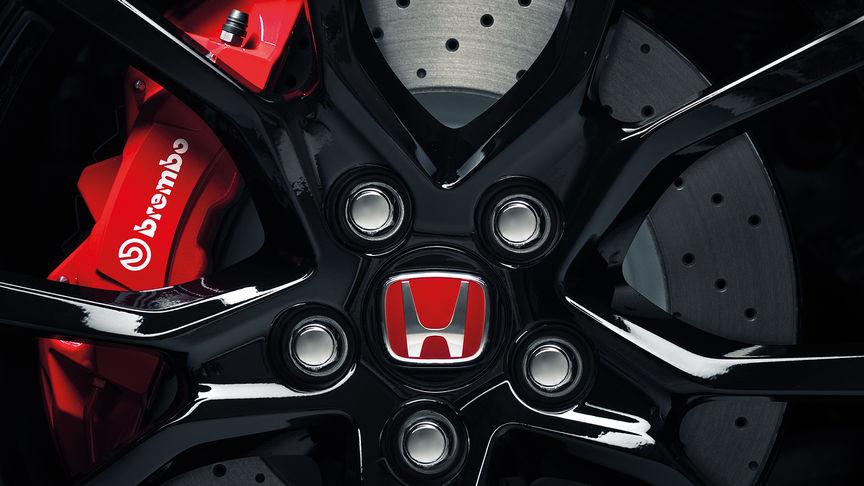 Detailný záber na brzdy Brembo modelu Honda Civic Type R.