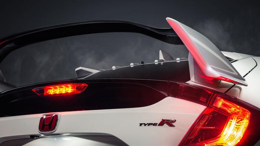 Priblížený trojštvrťový pohľad na model Honda Civic Type R znázorňujúci spojler s krídlami.