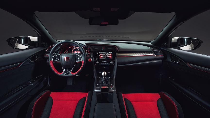 Detailný záber na palubnú dosku modelu Honda Civic Type R.