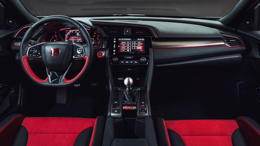 Predný záber na interiér modelu Honda Civic Type R s červenými detailmi.
