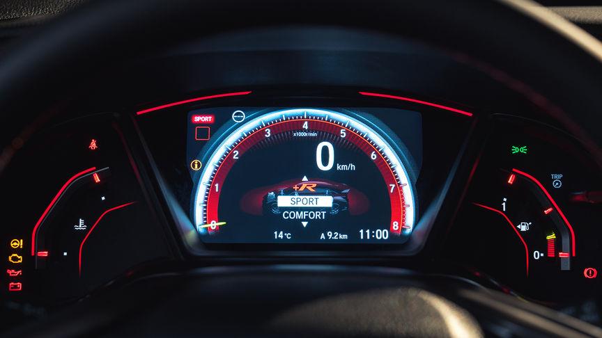 Priblížený pohľad na integrovaný displej s ukazovateľmi modelu Honda Civic Type R