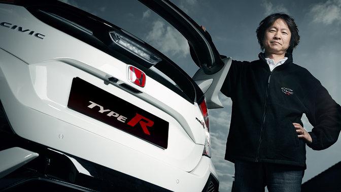Hideki Kakinuma a zadný trojštvrťový pohľad na model Honda Civic Type R.