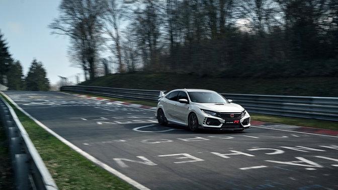 Predný trojštvrťový pohľad na model Honda Civic Type R na pretekárskej dráhe.