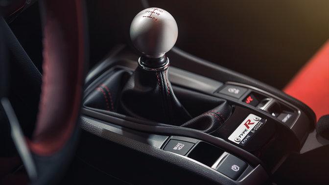 Priblížený pohľad na radiacu páka zkovovej zliatiny vozidla Honda Civic Type R.