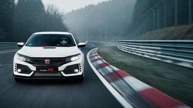 Predný pohľad na model Honda Civic Type R na pretekárskej dráhe.