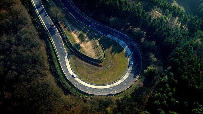 Pohľad zhora na model Honda Civic Type R na pretekárskej dráhe.
