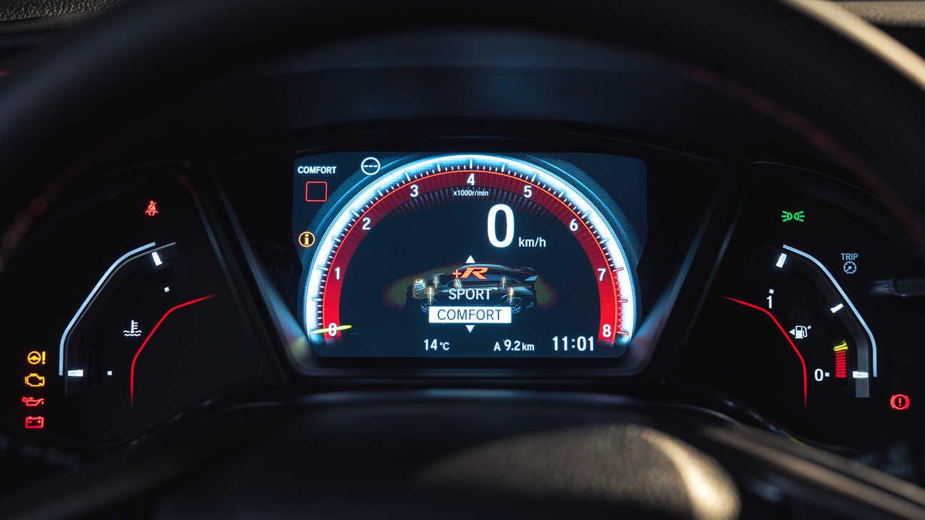 Priblížený pohľad na ukazovatele vozidla Honda Civic Type R v režime Comfort.