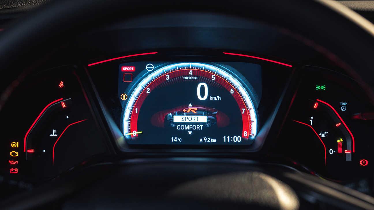 Priblížený pohľad na ukazovatele vozidla Honda Civic Type R v režime Sport.