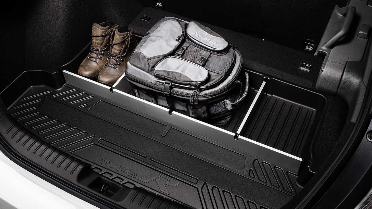 Priblížený pohľad na vaničku do batožinového priestoru modelu Honda Civic Type R.