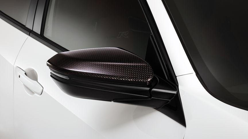 Priblížený pohľad na uhlíkové kryty zrkadiel vozidla Honda Civic Type R.