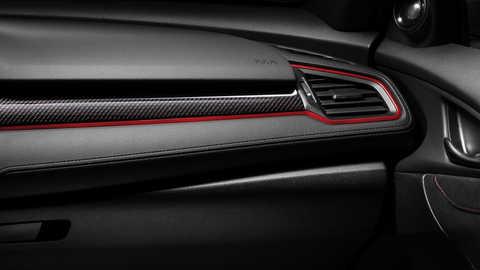 Priblížený pohľad na uhlíkový interiérový panel vozidla Honda Civic Type R.