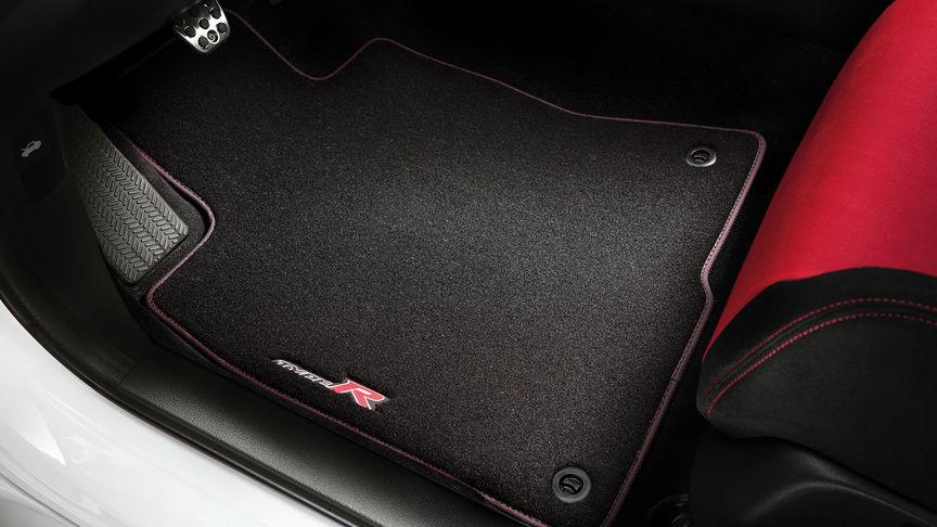 Priblížený pohľad na rohože na podlahu Elegance pre model Honda Civic Type R.