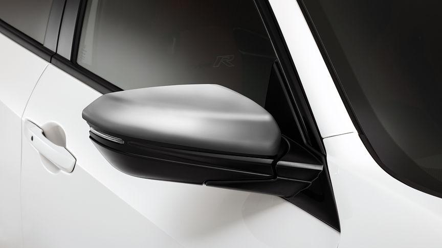 Priblížený pohľad na prémiové strieborné kryty zrkadiel vozidla Honda Civic Type R.