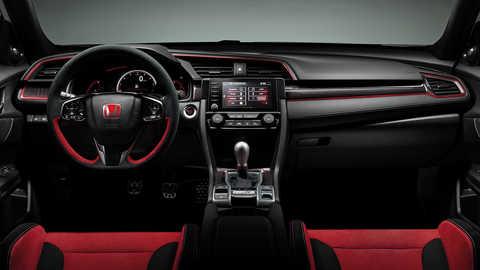 Predný pohľad na palubnú dosku modelu Honda Civic Type R sbalíkom interiérových doplnkov zuhlíkových vlákien.