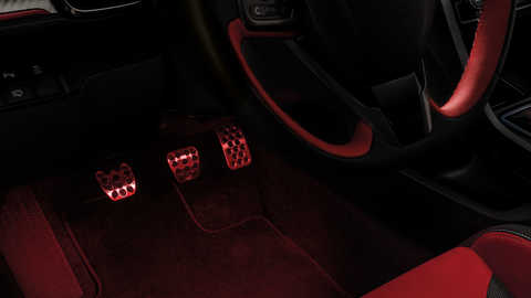 Priblížený pohľad priestor pre nohy vozidla Honda Civic Type R sbalíkom osvetlenia.