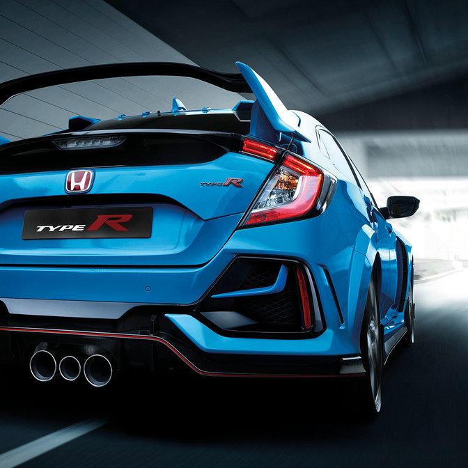 Zadný trojštvrťový pohľad na model Honda Civic Type R vonku.