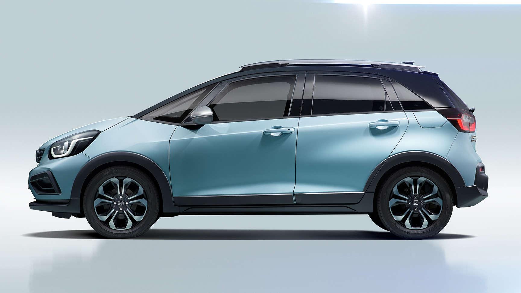 Bočný pohľad na hybridný model Honda Jazz Crosstar v štúdiu