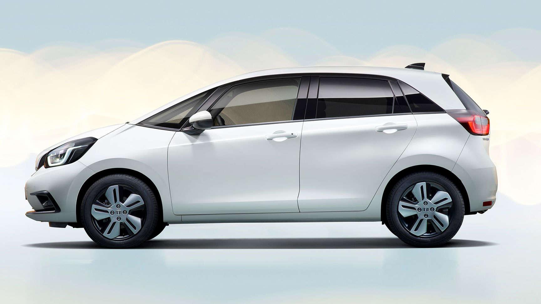Bočný pohľad na model Honda Jazz Hybrid v štúdiu