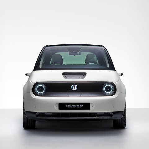 Pohľad spredu na model Honda e v štúdiu