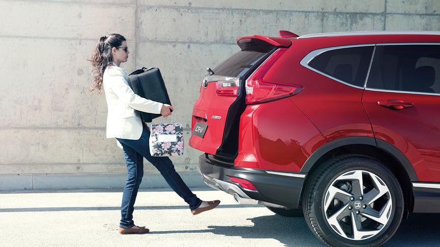 Pohľad zboku na model Honda CR-V so zadným nárazníkom sbezdotykovým prístupom.
