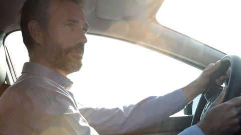 Detailný pohľad na vodiča modelu CR-V využívajúceho systém Honda Connect.