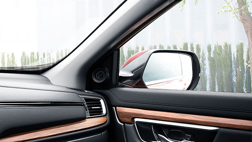 Detailný záber na vonkajšie spätné zrkadlo modelu Honda CR-V.