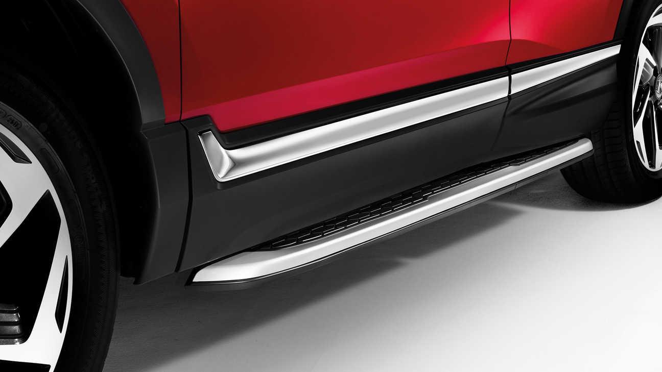 Detailný záber na prahové lišty modelu Honda CR-V.
