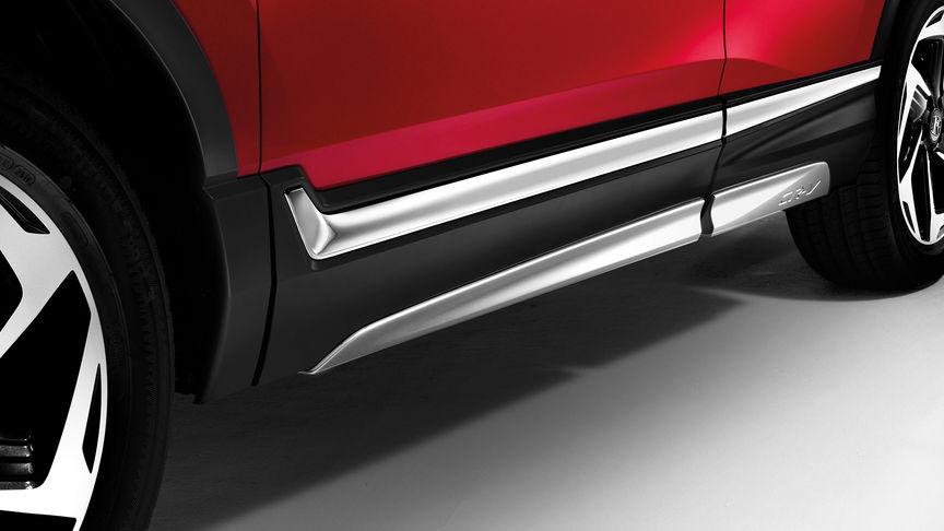 Detailný záber na bočné spodné ozdobné prvky modelu Honda CR-V.