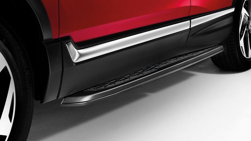 Detailný záber na čierne prahové lišty modelu Honda CR-V.