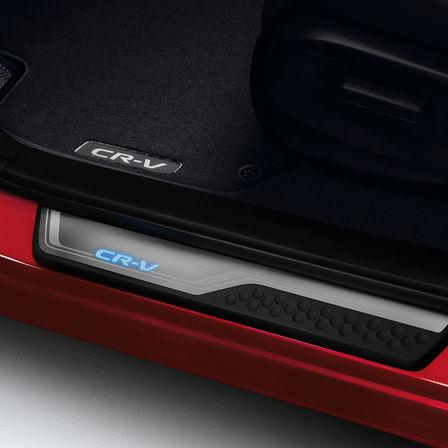Detailný záber na obloženie prahu dverí modelu Honda CR-V.