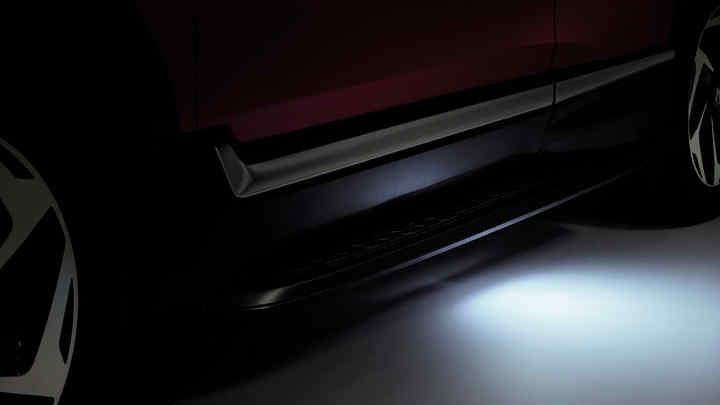 Detailný záber na model Honda CR-V sosvetlením vstupu do vozidla.