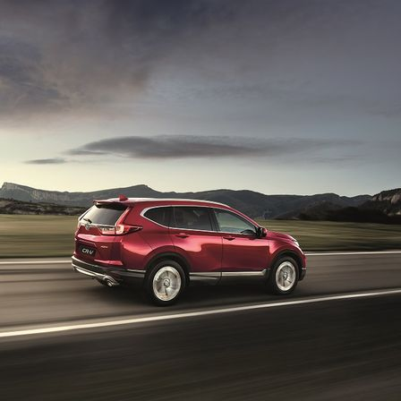 Pohľad zboku na červený model Honda CV-R na diaľnici