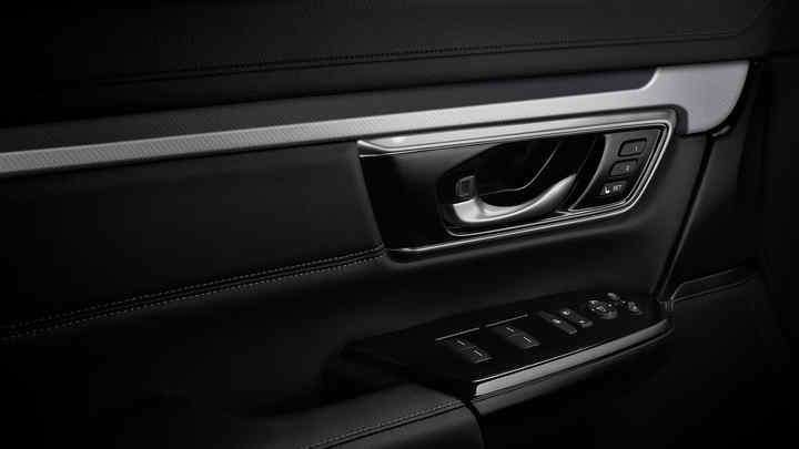 Detailný záber na strieborný interiérový panel modelu Honda CR-V.