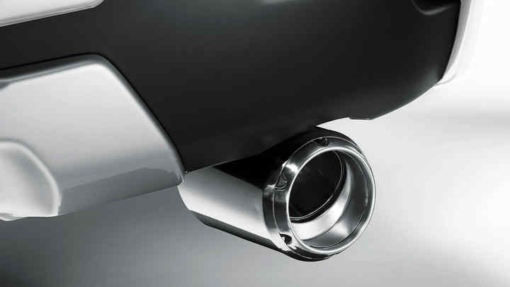 Detailný záber na ozdobnú koncovku výfuku modelu Honda CR-V.