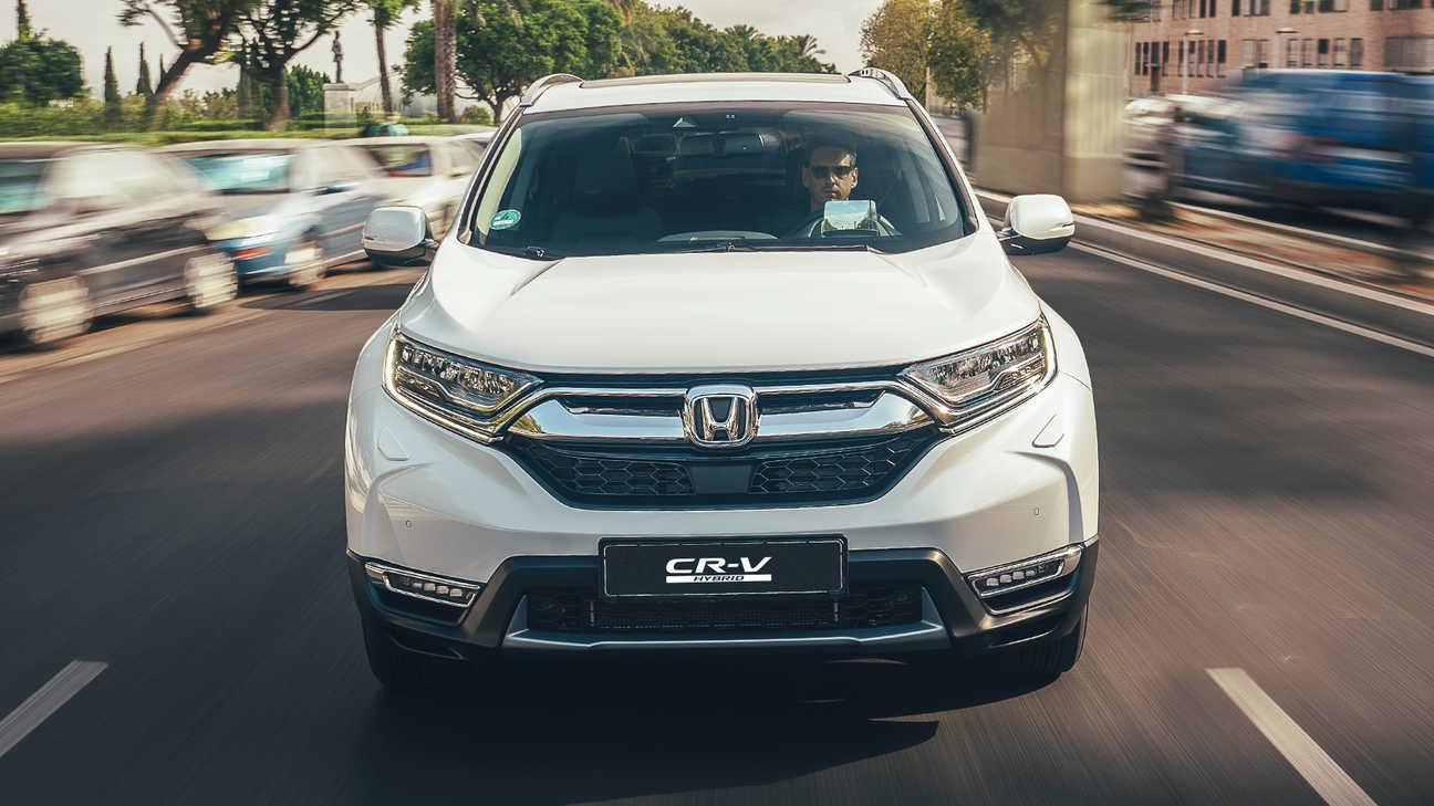 Pohľad spredu na vozidlo Honda CR-V Hybrid na ulici.