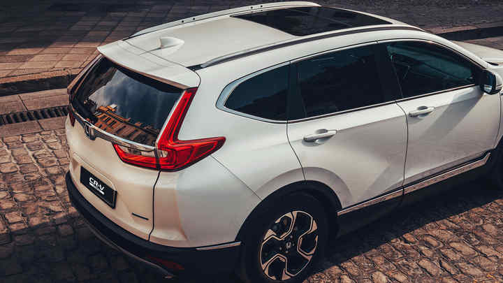 Pohľad zozadu na vozidlo Honda CR-V Hybrid na ulici.