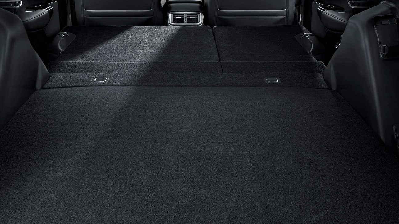 Záber na interiér vozidla Honda CR-V Hybrid so sklopenými zadnými sedadlami.