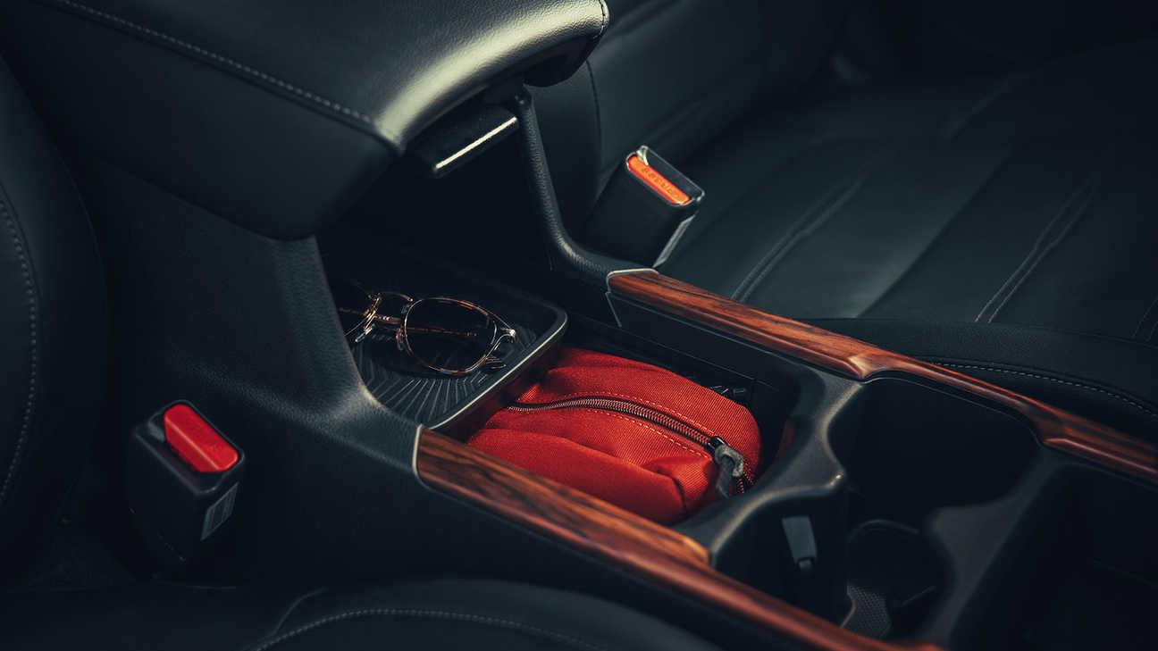 Detailný záber na kryt s usporiadanou odkladacou plochou a úložným priestorom v konzole vozidla Honda CR-V Hybrid.