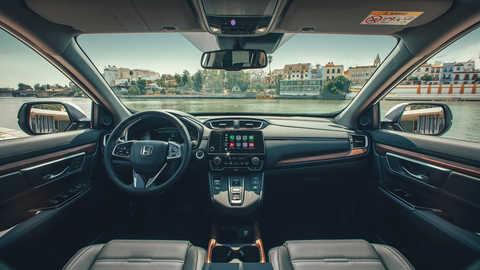 Detailný záber na palubnú dosku v interiéri vozidla Honda CR-V Hybrid na ulici.