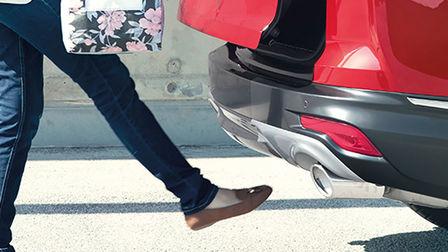 Bočný pohľad na technológiu otvárania batožinového priestoru modelu Honda CR-V Hybrid bez použitia rúk.