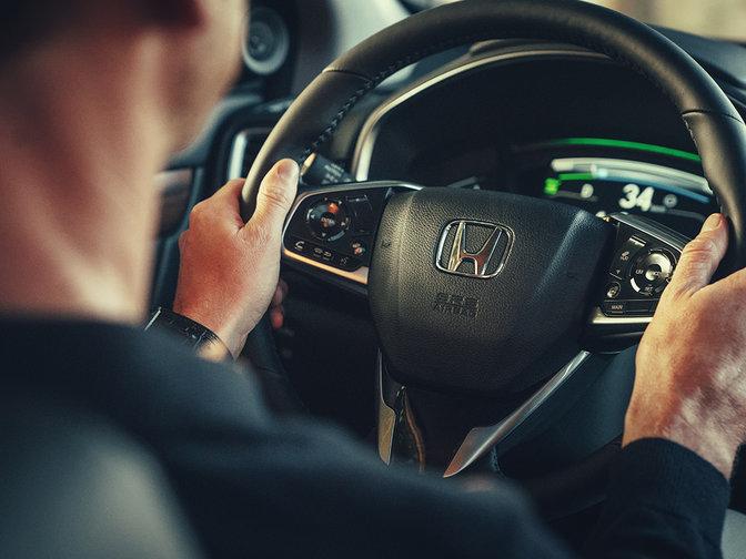 Detailný trojštvrťový bočný záber na volant modelu Honda CR-V Hybrid.