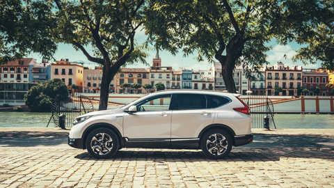Pohľad zboka na vozidlo Honda CR-V Hybrid na ulici.