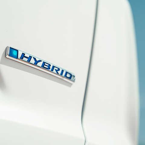 Detailný záber loga Hondy CR-V Hybrid.