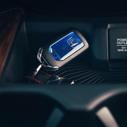 Detailní záber na kľúč od vozidla Honda CR-V Hybrid.