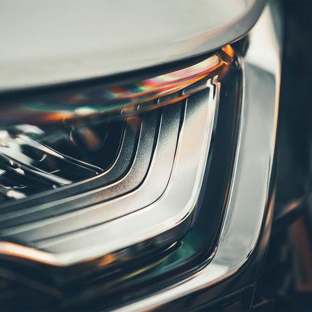 Pohľad spredu na svetlomet modelu Honda CR-V Hybrid.