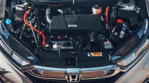 Detailný záber spredu na zážihový motor s Atkinsonovým cyklom vozidla Honda CR-V Hybrid.